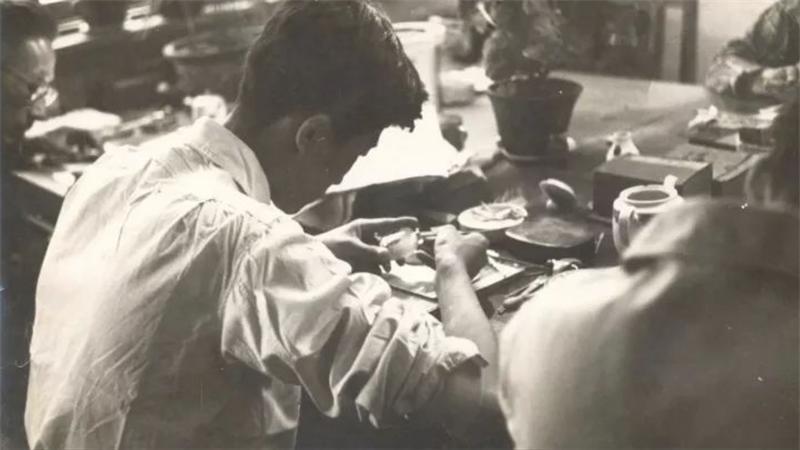 冀派內畫泰斗鼻煙壺內畫大師王習三 - 1961年,在北京工艺美术研究所跟随师傅学徒