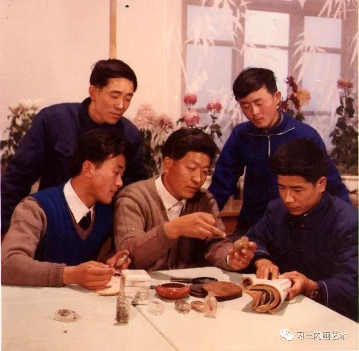 冀派內畫泰斗鼻煙壺內畫大師王習三 - 1980年,王习三在特种工艺厂与徒弟交流内画