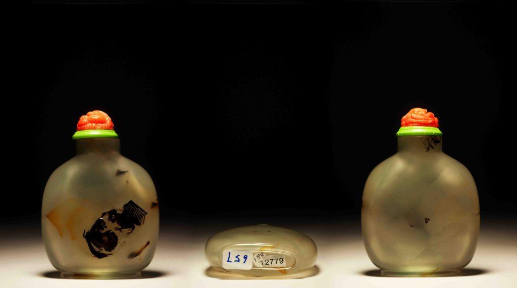 瑪瑙巧雕双吉報喜鼻煙壺   Carved Cameo Double Rooster Agate Snuff Bottles   治潁珍藏   ZhiYing collection
